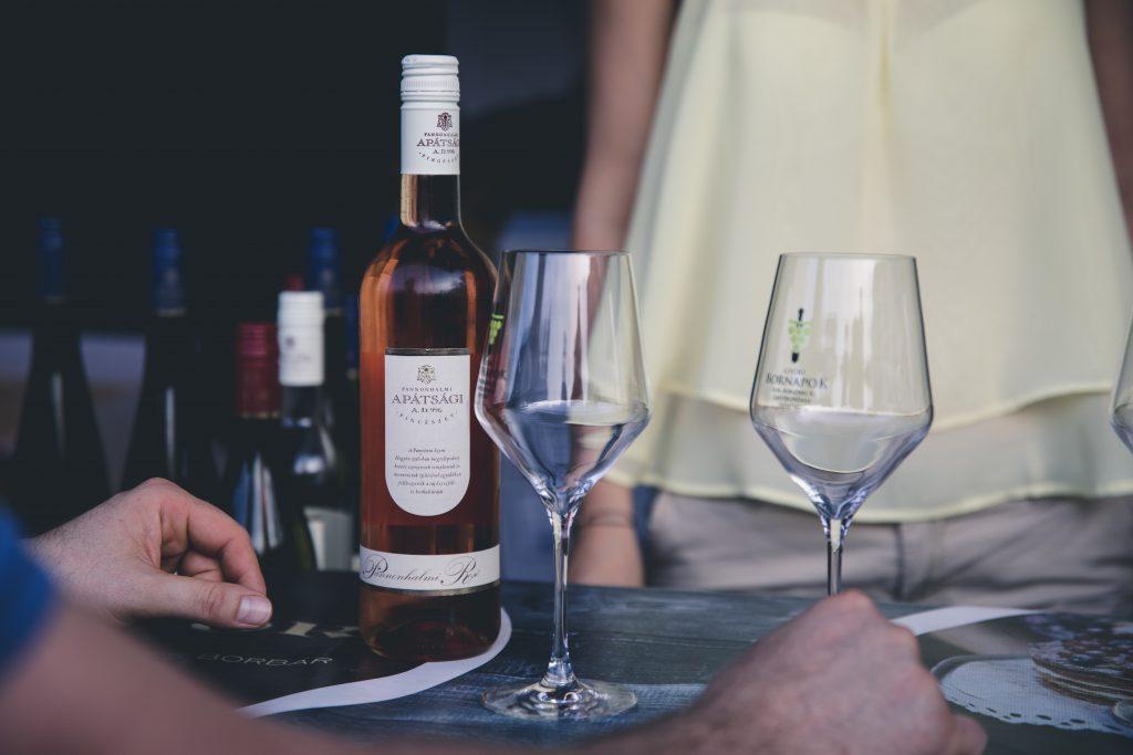 taças e garrafa de vinho em cima de uma mesa