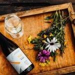 vinhos e flores em cima da mesa